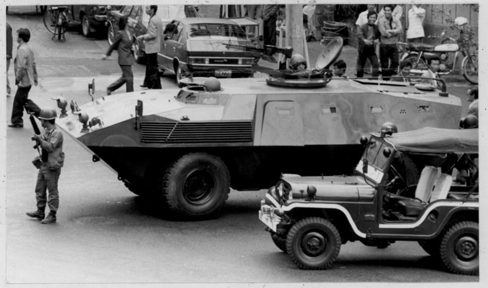 부마민주항쟁이 진행됐던 1979년 10월18일 정부의 계엄령 선포 뒤 중구 남포동의 부산시청 앞 모습. 부마민주항쟁기념재단 제공