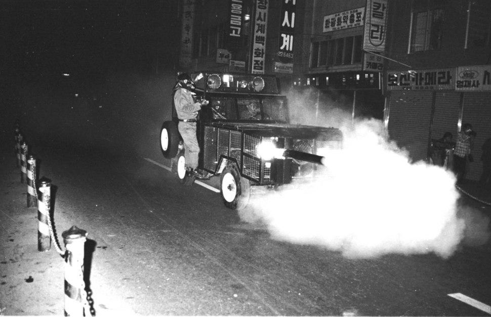 1979년 10월 부마민주항쟁 당시 경찰이 부산 중구 광복로에서 페퍼포그 차로 최루가스를 분사하는 모습. 부마민주항쟁기념재단 제공