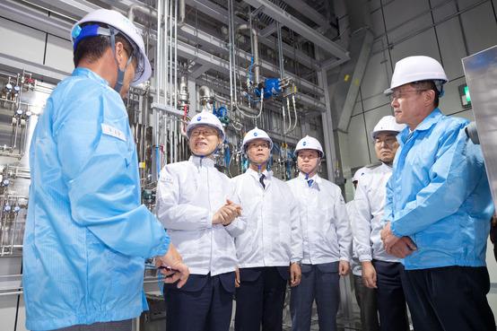 최기영 과학기술정보통신부 장관(왼쪽 두번째)이 11일 충청북도 음성군 메카로 연구소를 방문해 연구시설 설명을 듣고 있다. 과기부 제공.