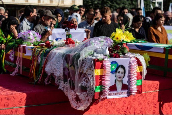 터키의 공격을 받고 있는 시리아 북동부 쿠르드족 마을인 데릭에서 13일 쿠르드족의 지도자 헤브린 칼라프의 장례식이 거행되고 있다. 칼라프는 터키군의 지원을 받는 친터키 시리아 반군들에 의해 지난 12일 다른 동료 8명과 함께 처형됐다. AFP 연합뉴스