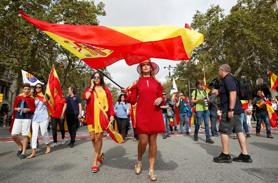 크리스토퍼 콜럼버스가 아메리카 대륙을 발견한 날을 기념하는 스페인 국경일인 12일, 스페인 카탈루냐주 자치정부가 있는 바르셀로나에서 카탈루냐 독립을 반대하고 스페인 통합을 지지하는 시민들이 스페인 국기를 흔들며 국경일 기념행진을 하고 있다. 바르셀로나/로이터 연합뉴스