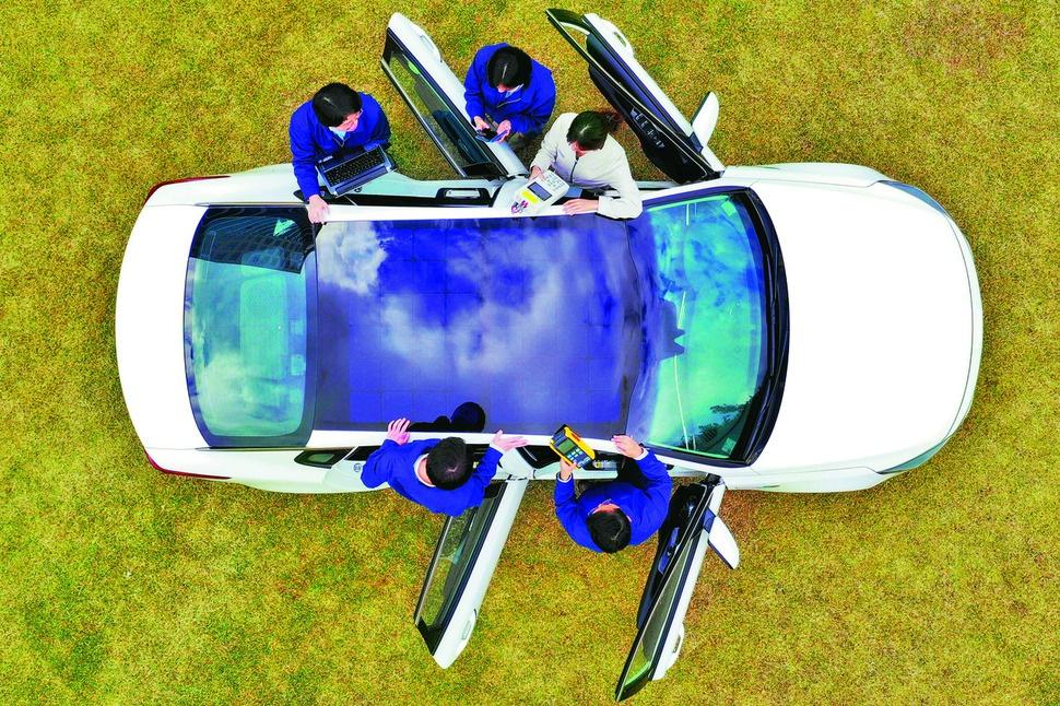 현대·기아차 연구원들이 1세대 솔라루프가 장착된 자동차를 테스트하고 있다. 현대·기아차 제공