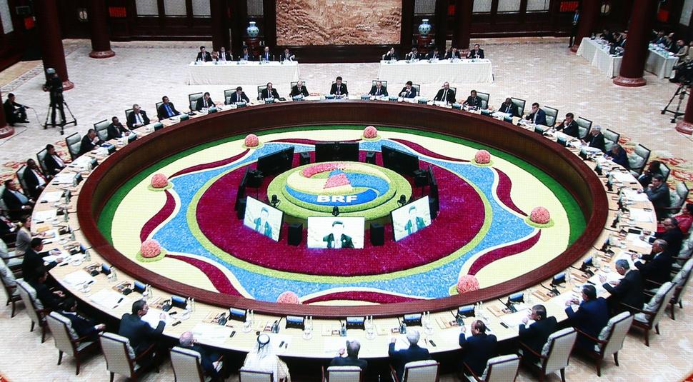 중국의 일대일로 국제협력 정상회의 마지막 날인 4월27일 오전 시진핑 중국 국가주석이 주재하는 원탁 정상회의가 열렸다. 이날 회의에는 37개국과 국제기구 지도자 40명이 참석했다.  연합뉴스