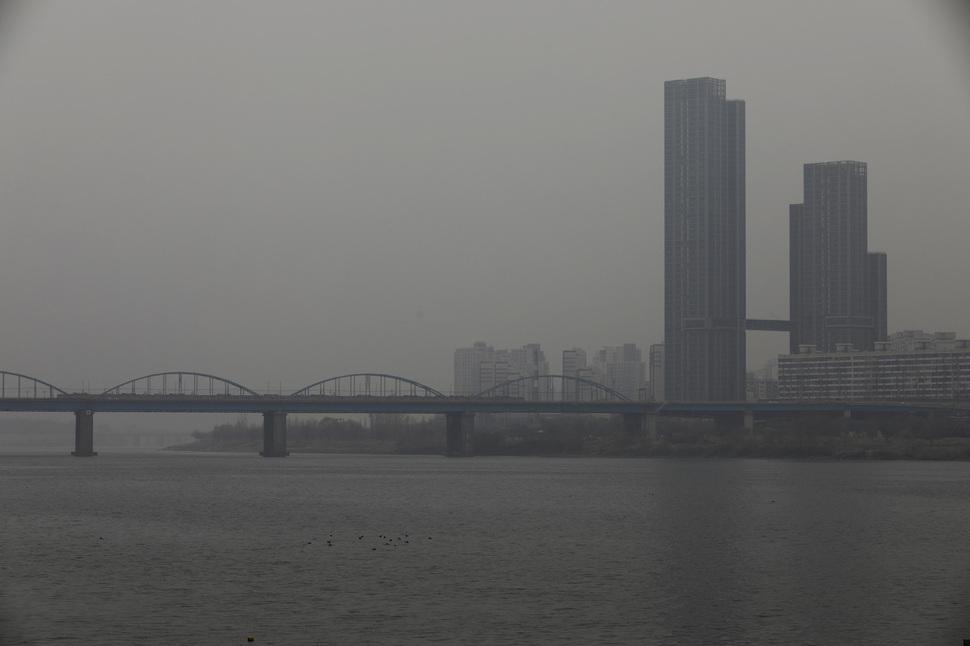 석탄화력발전소 등이 유발한 미세먼지가 건강에 큰 위협이 되고 있다. 미세먼지 수치가 높아진 날 서울 반포한강시민공원에서 바라본 서울 시내가 뿌옇게 보이고 있다. 김명진 기자 littleprince@hani.co.kr