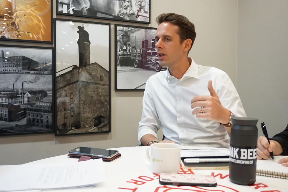니콜라스 잉겔스 오비맥주 부사장은 지속가능성이 기업의 정체성이 되어야 한다고 역설한다.
