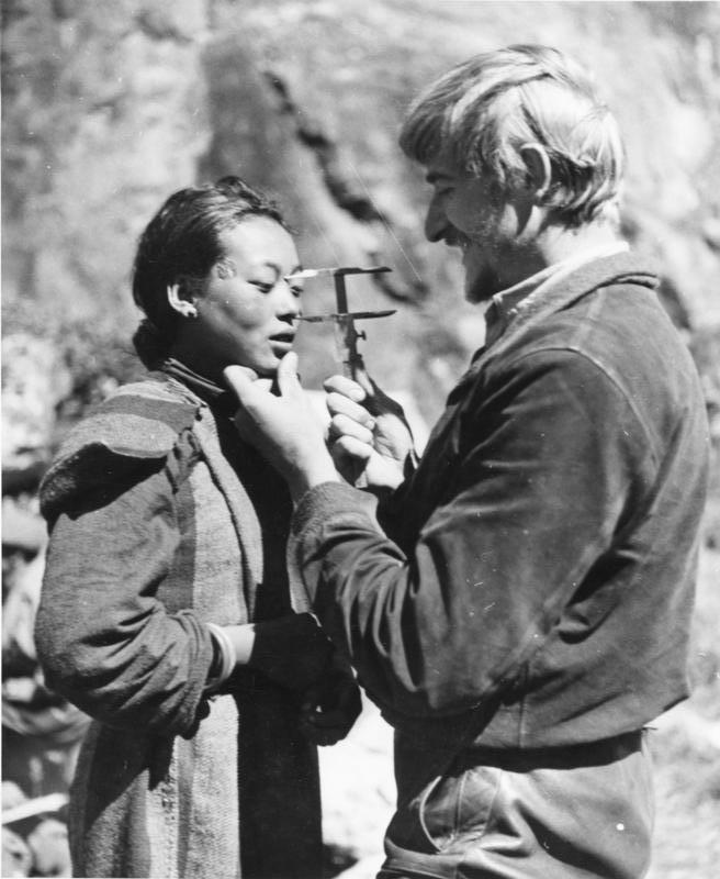1939년 독일 탐험대가 티베트에서 현지 주민의 신체를 계측하는 모습. 강인욱 제공