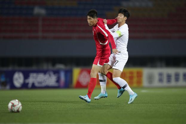 지난 15일 오후 평양 김일성경기장에서 열린 2022 국제축구연맹(FIFA) 카타르월드컵 아시아 2차 예선 H조 3차전에서 한국의 손흥민(오른쪽)과 북한 선수가 몸싸움을 벌이고 있다. 대한축구협회 제공