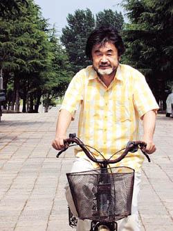 박 교수의 자전거에서는 생활의 냄새가 난다. 차체는 녹슬었고, 장바구니도 달렸다.